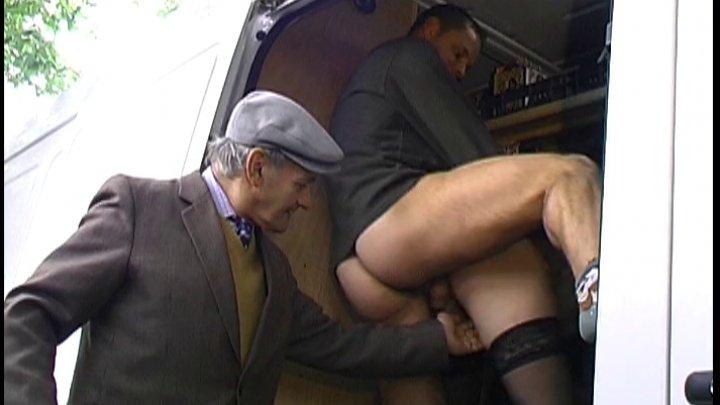 Papy pervers et son fils baisent une jeunette dans le camion