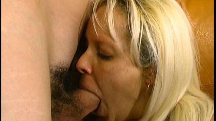 Une blonde qui suce une bite poilue
